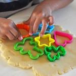 עוגיות חמאה בצורות – או – איך מעבירים את החופש בקייטנת אמא
