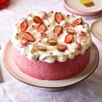 העוגה הכי ורודה שיש – עוגת מרנג ומוס פירות יער