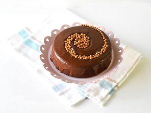 עוגת שוקולד במראה מקושט