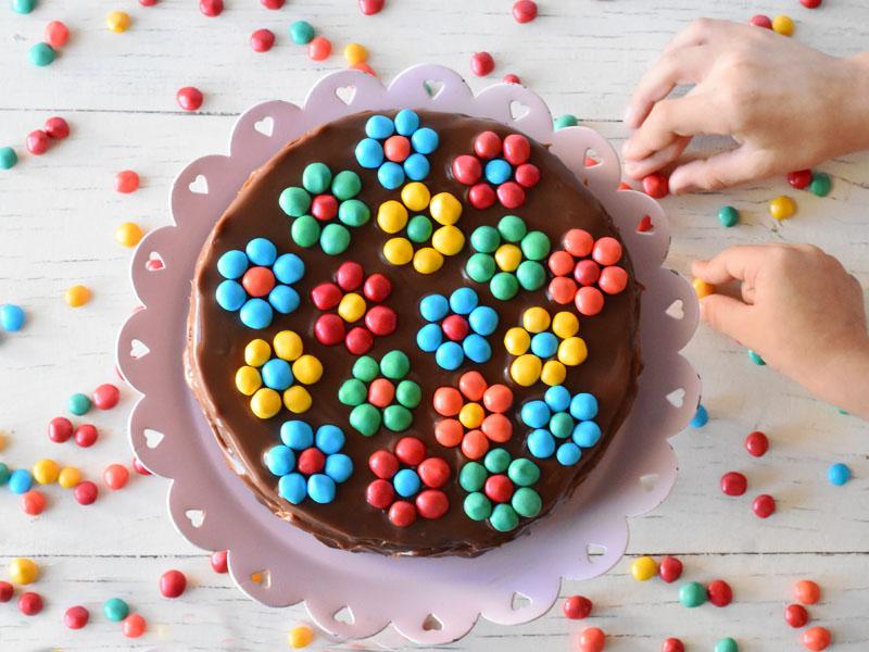 הילדים לא יפסיקו לזלול - עוגת שוקולד עם סוכריות