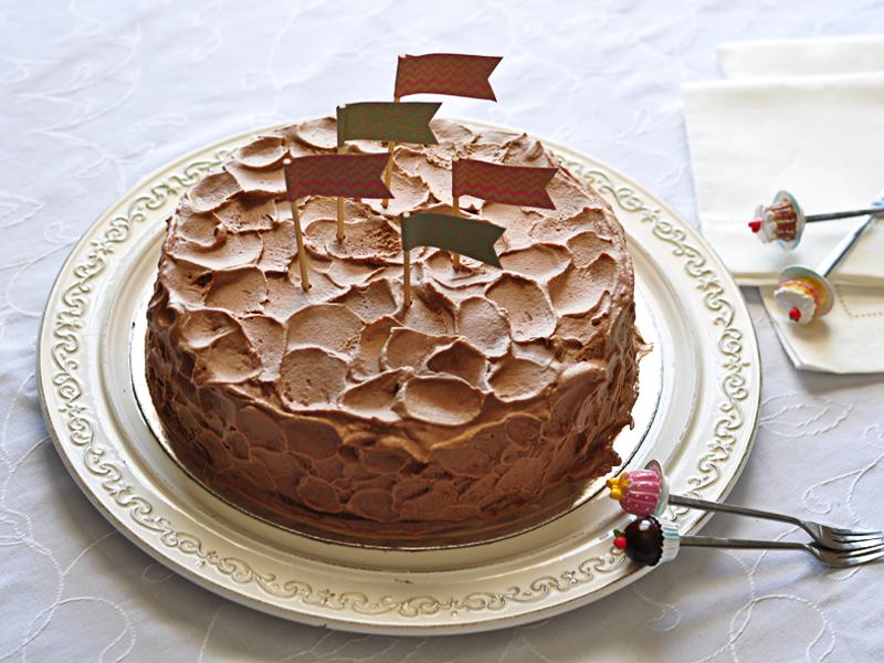 עוגת שוקולד עם קרם מעוצב בכפית