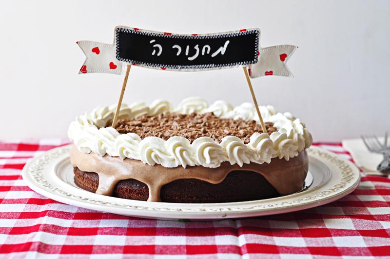 תראו איך הקישוט הופך עוגת שוקולד לחגיגית