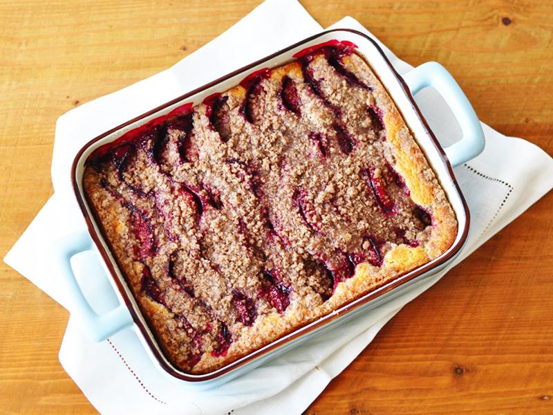 עוגת שזיפים ופרורים חמה מהתנור