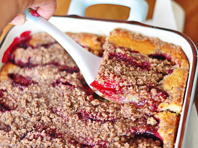 פרוסת עוגת שזיפים ופרורים