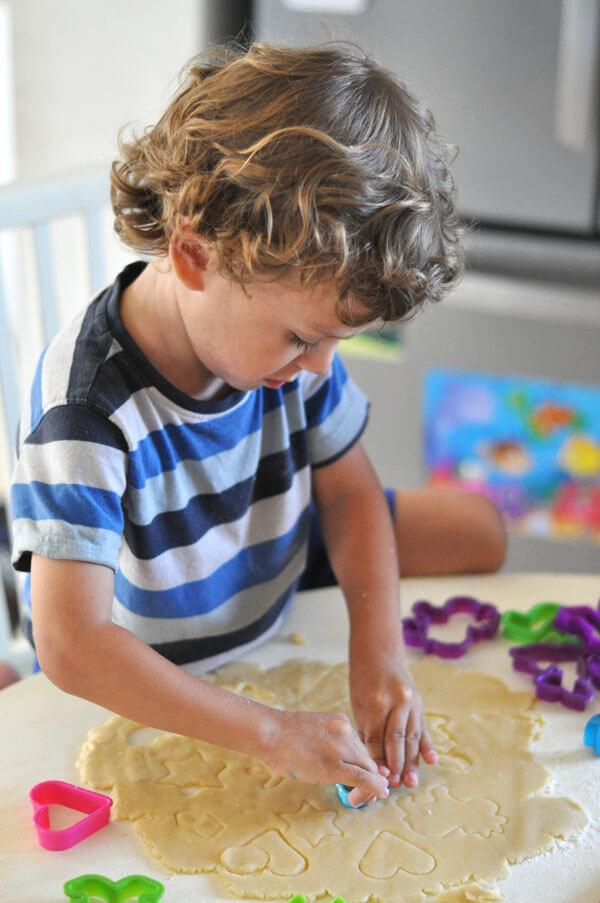 הכנת עוגיות חמאה עם הילדים