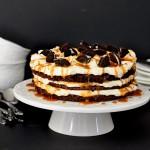 שחיתות מפנקת – עוגת שכבות עם קרם שוקולד לבן, קרמל ואוראו