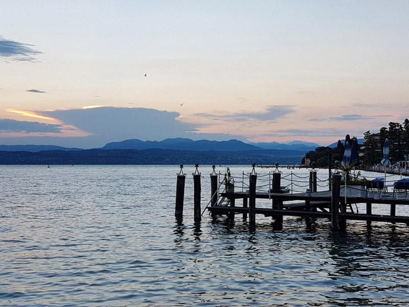 שפת אגם גארדה הנשקפת מסירמיונה בשעת שקיעה