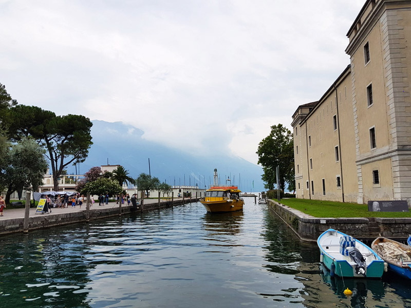 סירות בעיירה ריבה דל גארדה