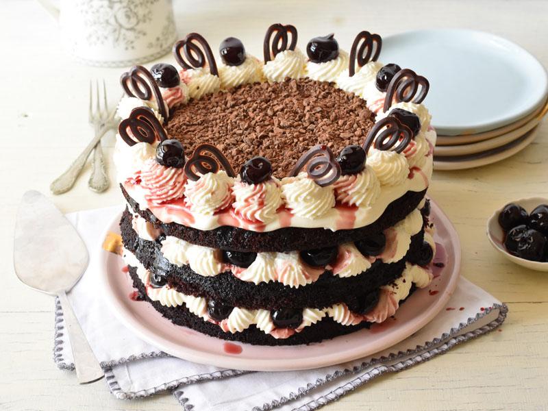 עוגת היער השחור עם סירופ דובדבני אמרנה