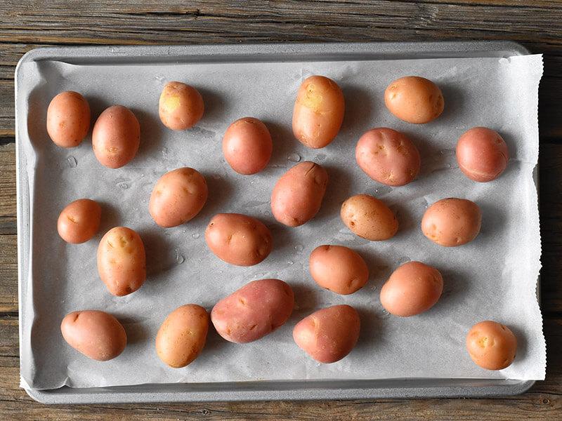 תפוחי אדמה נכנסים לתנור
