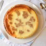 עוגת גבינה עם חמאת בוטנים וקרמל