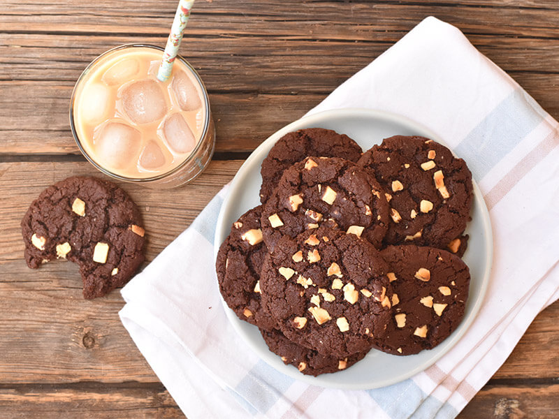 עוגיות שוקולד צ'יפס בצלחת