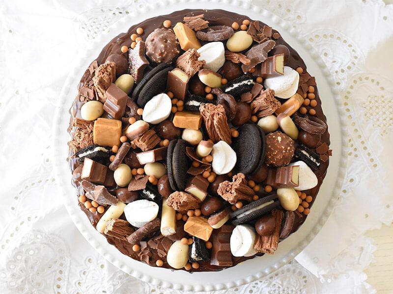 עוגת יומולדת מלאה ממתקים