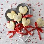 לבבות על מקל – עוגיות במילוי שוקולד