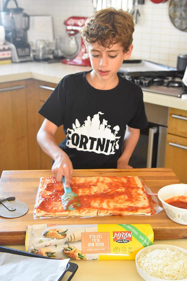 גיא מכין קרואסון פיצה