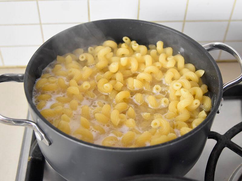 בישול פסטה למקרוני אנד צ'יז