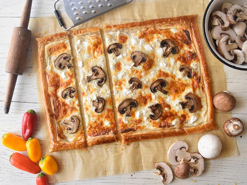 מאפה בצק עלים עם גבינות ופטריות פרוס