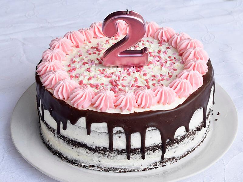 עוגת יום נולדת ורודה עם נר 2